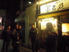 つけ麺 紫匠乃の前で、寒くて震えてます