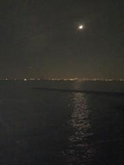 東京湾の夜景と海に映る月明かり