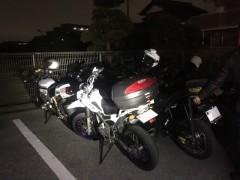 真っ暗な大きい駐車場にて